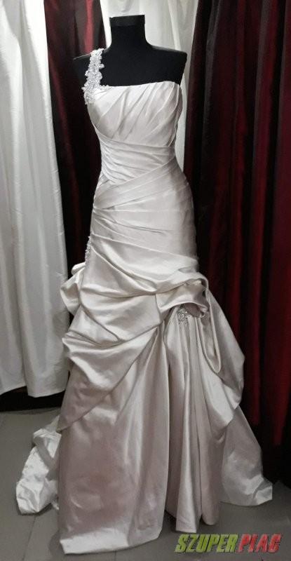 Elado jelenleg is uzemelo menyasszonyi ruhaszalon teljes arukeszlete  igenyes vilagmarkakkal 6382082895